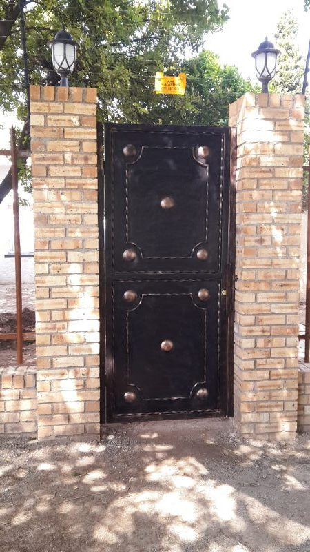 exclusivio-wrought-iron-designs-created-this-pedestrian-gate